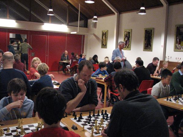 Overzichtsfoto doorgeefschaak met ouders SHTV